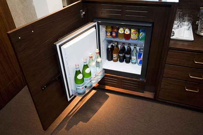 Маленький холодильник с морозилкой для офиса или дачи