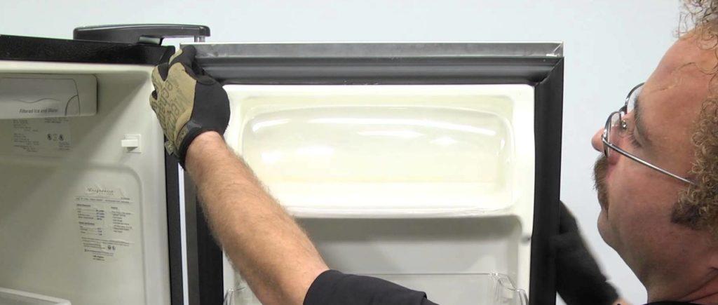 Как перевесить дверь холодильника самостоятельно