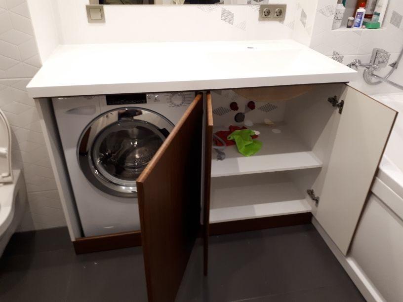 Стиральная машина на кухне под столешницей