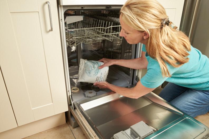 Сколько соли засыпать в посудомоечную машину