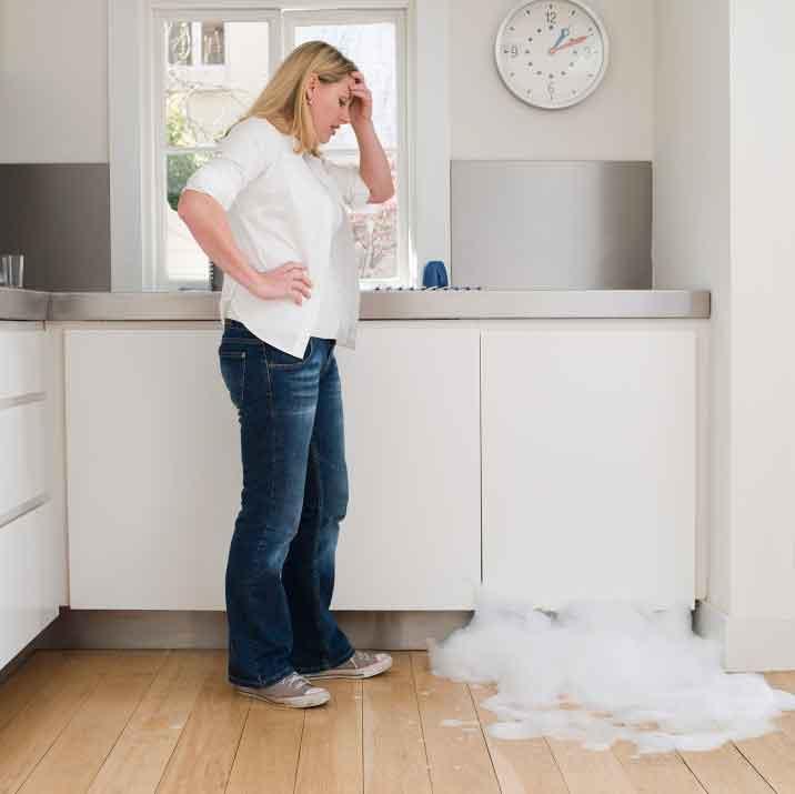 Почему течет посудомоечная машина: причины протечек