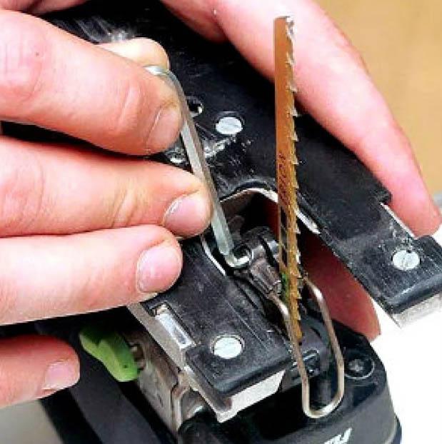 Как вставить пилку в электролобзик